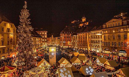 Der Grazer Hauptplatz mit dem Christbaum