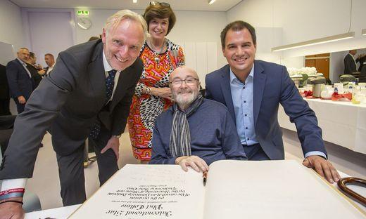 Nach der Ehrung trug sich Collins ins Goldene Buch der Stadt Graz ein