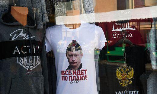 """""""Alles läuft nach Plan"""": Putin auf einem T-Shirt auf dem Zentralmarkt in Riga"""