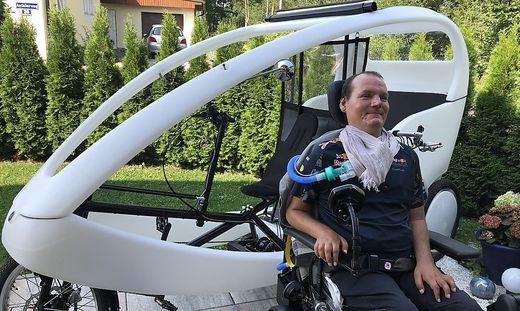 """Das aus Deutschland importierte, elektrobetriebene """"Velo-Taxi"""" ist Jürgen Steiners ganzer Stolz. Organisation und Administration übernimmt er ohne fremde Hilfe"""