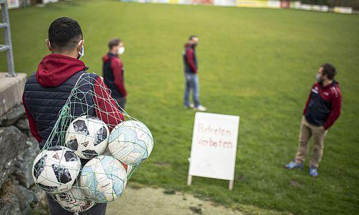 Fußballer beim ersten vorsichtigen Sondieren ihrer Sportanlage