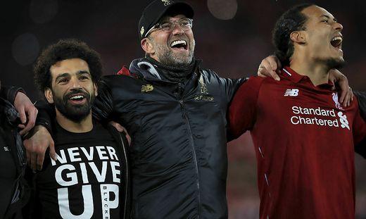 Liverpool-Trainer Jürgen Klopp (Mitte) mit Mohamed Salah (links) und Virgil van Dijk (rechts)
