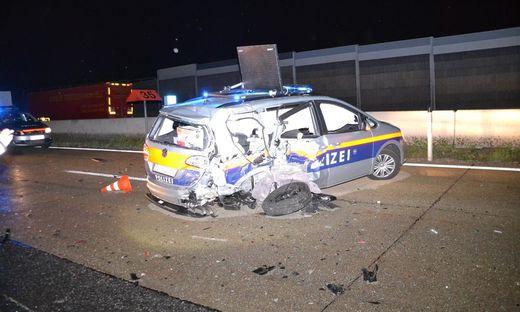 Als die Polizei die Ableitung von der Autobahn absicherte, prallte ein Kleinbuslenker gegen den Streifenwagen