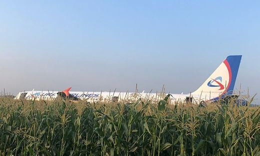 Russland: Flugzeug landet bei Moskau in Maisfeld