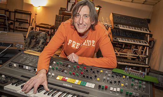 Gert Prix mit einem Yamaha CS-80-Synthesizer
