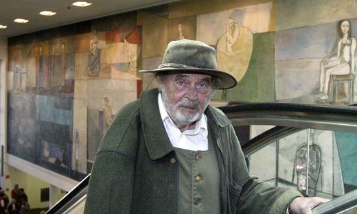 Giselbert Hoke, hier vor einen Klagenfurter  Bahnhoffresken, starb im Alter von 87 Jahren