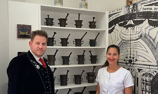 Kurt Maschke, Großbauer der Bauerngman Villach, und Sophia Telesko, Leiterin der Lind Apotheke, laden am kommenden Samstag zur Mörser-Spendenaktion