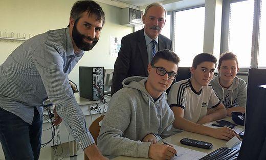 Lehrer Robert Breidler (l.) und Direktor Ernst Zisser (hinten) unterstützen die Schüler bei Fragen