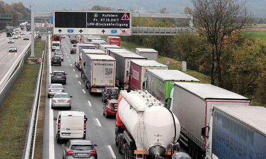 Staus wegen Blockabfertigung von Lkw