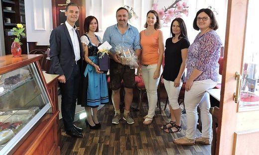 Bürgermeister Wolfgang Dolesch ( l.) gratulierte den neuen Besitzern Silke Manninger und Markus Koger