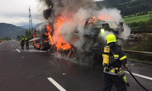 Autotransporter mit wertvollen Autos geriet auf der A 9 in Vollbrand