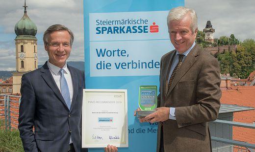 Peter Strohmaier, Leiter Retailvertrieb Steiermark und Gerhard Fabisch, Vorstandsvorsitzender der Steiermärkischen Sparkasse