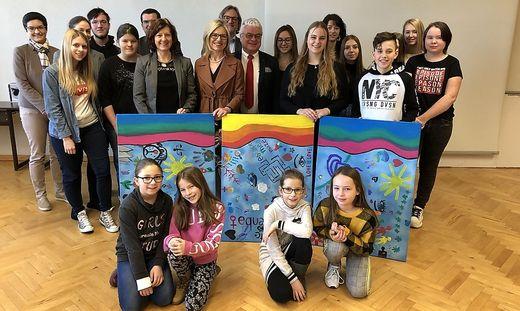 Linda Stiegmaier (6. von rechts) mit Schülern, Lehrern und Direktoren