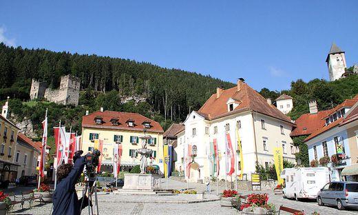 Dreharbeiten für den Hemma-Pilgerweg auf dem Hauptplatz in Friesach