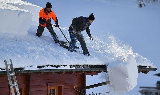 Zahlreiche Dächer müssen abgeschaufelt werden, um nicht unter der Schneelast einzubrechen
