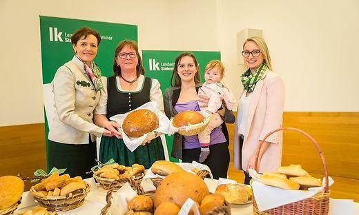 Zwei Landessiege erreichte der Bezirk Leibnitz mit Rosa Klösch und Bettina Tertinjek (v.l.n.r.) Vizepräsidentin Maria Pein und Verkostungsleiterin Nicole Zöhrer gratulieren
