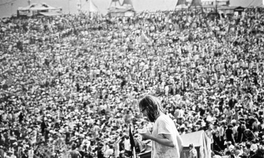 Blick auf die zahlreichen Besucher des legendären Musikfestivals Woodstock in Bethel, New York, USA, im August 1969.