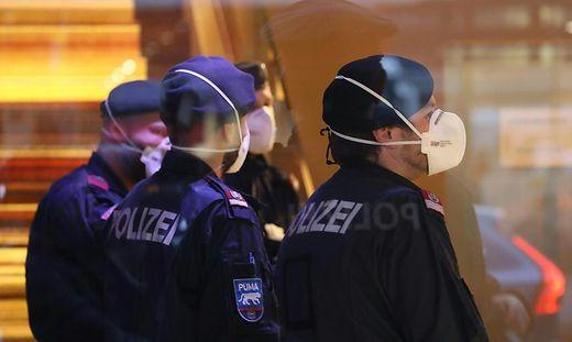 Polizei beim Einsatz mit Masken