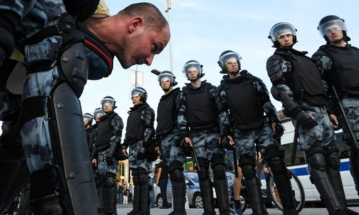 Die Polizei nimmt einen Demonstranten in Moskau fest