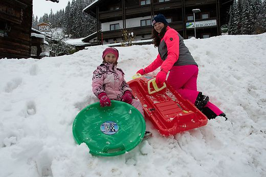 Auch im Lesachtal herrscht bereits Winter. Die Kinder freuen sich!