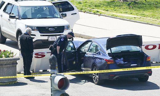 Beamte der U.S. Capitol Police neben dem Auto, das eine Absperrung auf dem Capitol Hill in Washington rammte