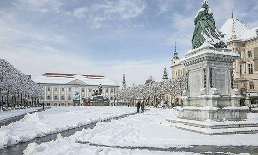 Die 20 Zentimeter Schnee vom Montag forderten auch gestern noch intensive Aufräumarbeiten in der Landeshauptstadt