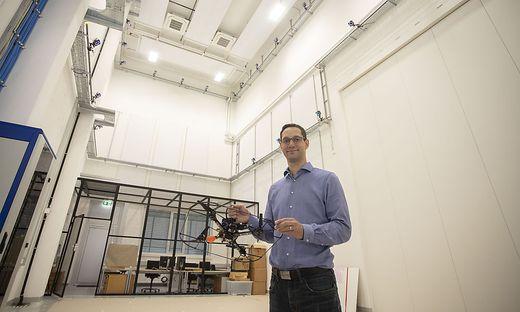 Prof. Stephan Weiss in der neuen Drohnenhalle