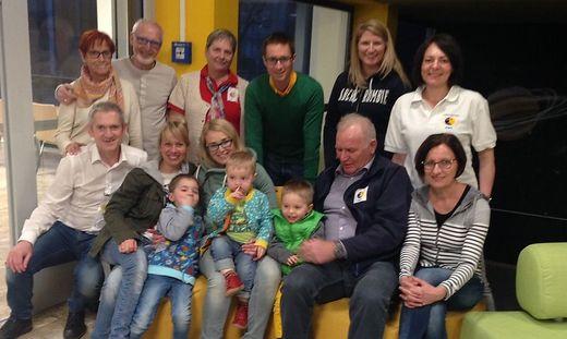 Max mit seiner Familie (Mitte), Vereinsmitglieder und freiwillige Helfer