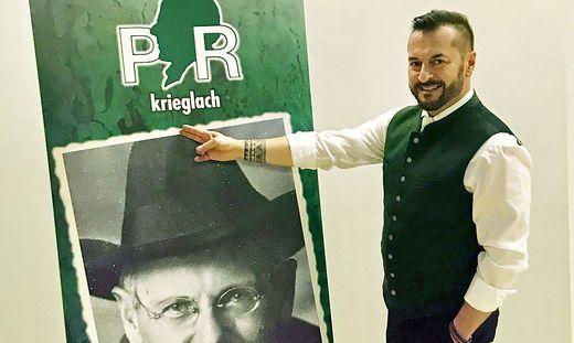 Obmann Franz Preitler vor einem Plaket des Roseggerbundes