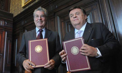 Helmut Thomas 2009 bei einer Preisverleihung mit dem damaligen Bundespräsidenten Heinz Fischer.