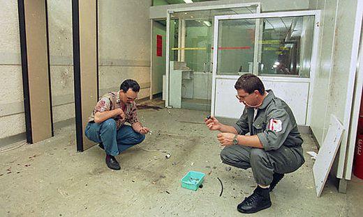 Kriminalisten bei der Spurensuche nach der Rohrbombenexplosion im August 1994