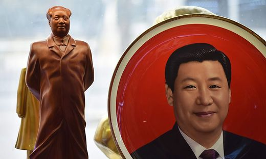 Xi neben Mao-Statue
