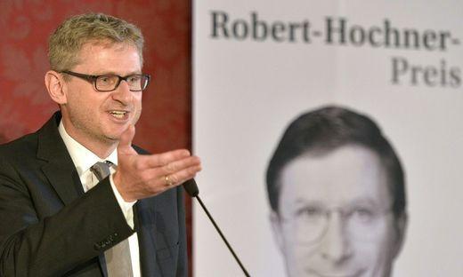 """""""Report""""-Chef Wolfgang Wagner bei seiner Rede zur Verleihung des Robert-Hochner Preises."""