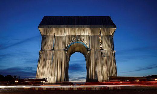 Der verhüllte Triumphbogen im Abendlicht