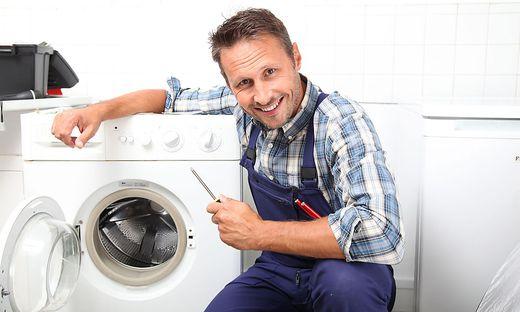 Die Waschmaschine muss immer wieder repariert werden!