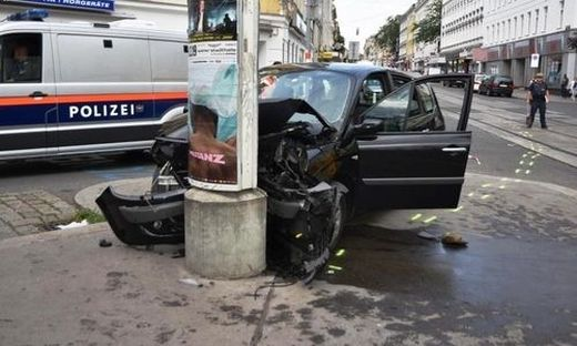 ++ HANDOUT ++ WIEN: 17-J�HRIGER VERURSACHTE SCHWEREN UNFALL MIT GESTOHLENEM AUTO