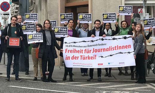 MEDIENAKTION REPORTER OHNE GRENZEN: UeBERGABE DES APPELLS WWW.FREETURKEYJOURNALISTS.AT AN DIE TUeRKISCHE BOTSCHAFT