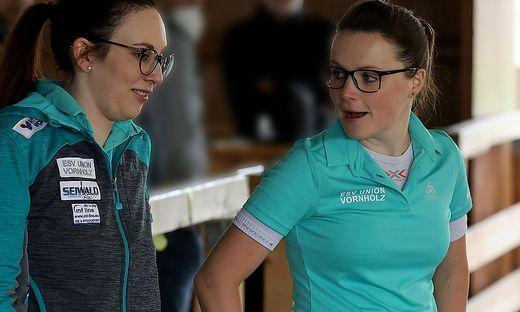 Julia Feichtgraber (links) und Simone Steiner greifen mit Vornholz nach dem Titel