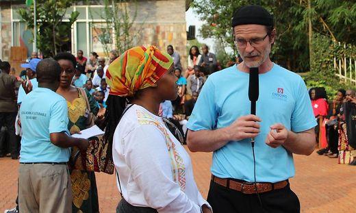 Helmut Spitzer ist Professor für Soziale Arbeit an der FH Kärnten. Er forscht seit mehr als 20 Jahren in Ostafrika zu Straßenkindern, Kindersoldaten, alten Menschen und Sozialer Arbeit