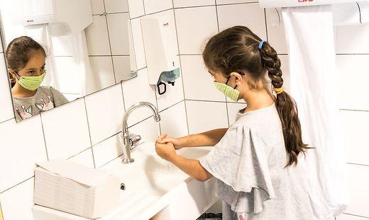 Schule Corona Covid-19 Hygiene Haendewaschen Kinder Maske