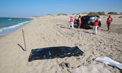 Leichen werden am Strand geborgen