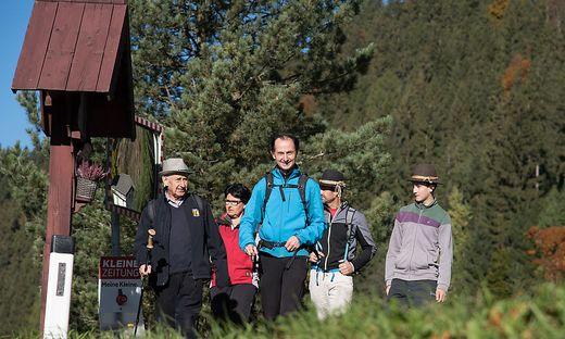 Bergpilgerweg Hoch & Heilig: Pilgergruppe bei einem Wegkreuz in Maria Luggau