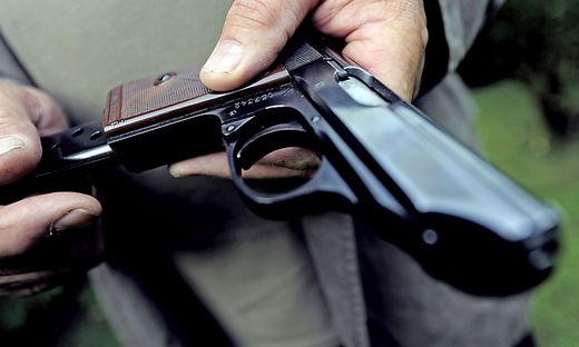 Lehrer nahmen dem Schüler die täuschend echt aussehende Pistole ab und riefen die Polizei (Symbolfoto)