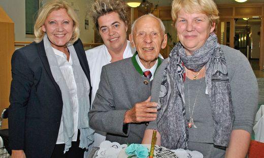 Maria-Luise Mathiaschitz mit Franz Rabitsch, Elke Brunner (Heimleitung Hülgerthpark) sowie Annamarie Simtschitsch, die für die leckere Torte verantwortlich war