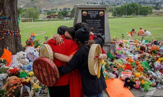 Kanadische Ureinwohner trauern um Kinder, deren sterbliche Überreste auf dem Gelände einer Schule entdeckt wurden