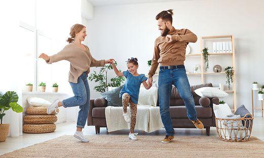 Jetzt ist es wichtig, dass du zuhause bleibst. Trotzdem musst du nicht auf Spaß verzichten: Diese Veranstaltungen kommen direkt zu dir und deinen Eltern