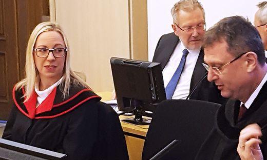 Staatsanwältin Nicola Trinker, Verteidiger Gernot Götz und Sachverständiger Walter Wagner (im Hintergrund) vor Beginn der Verhandlung