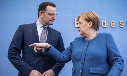 Der deutsche Gesundheitsminister Jens Spahn und Kanzlerin Angela Merkel