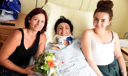 Helferin Eunike Mirnig aus Straßburg mit den Unfallopfern Kristine und Lena Mucek aus Judenburg.