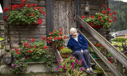 """Ohne Blumen geht es für Rosa Krenn nicht. Sei es beim Hotel oder bei ihrer kleinen """"Keusche"""", in der sie sich so wohl fühlt"""